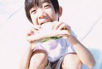 サンドイッチを食べる男の子