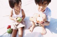 リンゴを持つ2人の男の子 10161005447| 写真素材・ストックフォト・画像・イラスト素材|アマナイメージズ