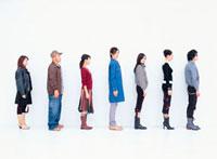 整列する日本人と外国人の若者