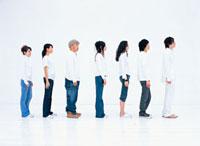 整列する日本人と外国人の若者7人