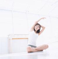 室内でヨガをしている日本人女性