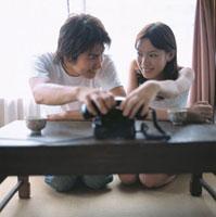 受話器をつかむ日本人カップル