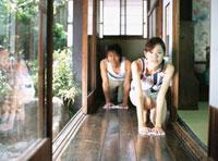 廊下の雑巾がけをする日本人カップル