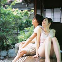 縁側で寄り添う日本人カップル