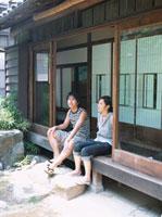 縁側で寛ぐ日本人カップル