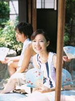 縁側で扇子を手に持つ日本人カップル