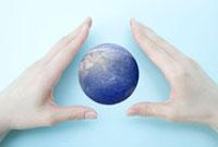 両手の中の地球 10161007796| 写真素材・ストックフォト・画像・イラスト素材|アマナイメージズ