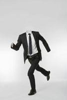走る透明人間のビジネスマン