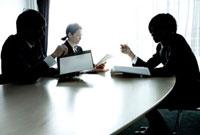 ミーティングをするビジネスウーマンとビジネスマン