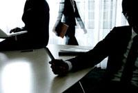 オフィスの中のビジネスマンとビジネスウーマン 10161007935| 写真素材・ストックフォト・画像・イラスト素材|アマナイメージズ