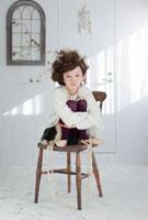 椅子の上にしゃがむ女の子