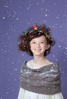 クリスマスの飾り付けでヘアアレンジをした女の子