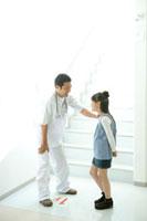 少女と向き合う医師