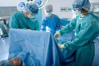 手術をする外科医と患者