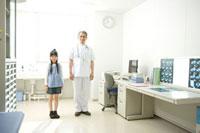診察室の少女と医師