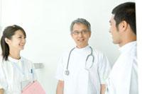 笑顔で話す看護師と医師