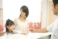 体温計を受け取る少女と母親