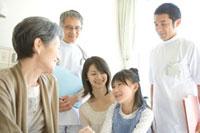 祖母を見舞いに来た家族と医師