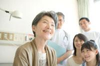 笑顔の年配患者と家族と医師