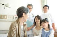 祖母の見舞いに来た家族と医師