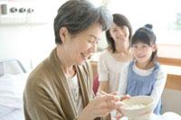 食事を摂る年配患者と家族