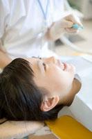 歯科医院でブラッシングを受ける少女