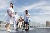 車椅子の患者家族と看護師と医者