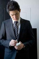 タバコを手にするビジネスマン