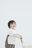 椅子に手をかける赤ちゃん