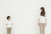 少年と見つめ合う母親 10161009038| 写真素材・ストックフォト・画像・イラスト素材|アマナイメージズ