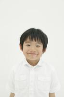 微笑みかける少年