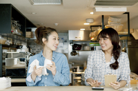 カフェで働く女子大生二人