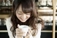 カフェでくつろぐ女子大生