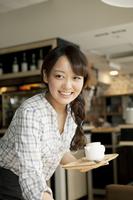 カフェで働く女子大生