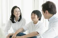 ソファーで会話するシニア夫婦と息子 10161009175  写真素材・ストックフォト・画像・イラスト素材 アマナイメージズ