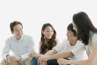 ソファーで会話するシニア夫婦と娘と息子
