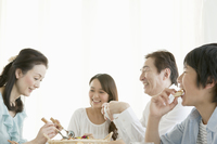 朝食で談笑する家族