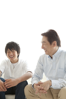 ソファーで会話する父親と息子