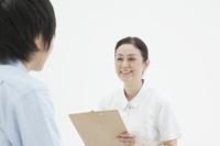診察するベテラン看護師