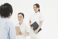 診察するベテラン看護師と新人看護師