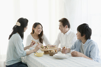 朝食を囲み談笑する家族