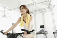 エアロバイクを使う女性