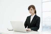 パソコンを使うスーツ姿の女性