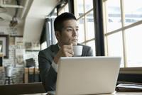 ノートパソコンを使用する30代男性