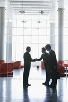 ビジネスシーン 握手をする3人