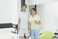 ジムで運動する夫婦
