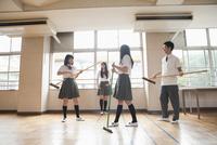掃除道具でバンドを真似る高校生 10161010117  写真素材・ストックフォト・画像・イラスト素材 アマナイメージズ