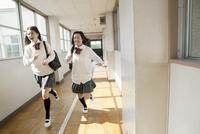 廊下を走る女子高生