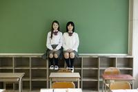 ロッカーの上に座る女子高生 10161010369  写真素材・ストックフォト・画像・イラスト素材 アマナイメージズ