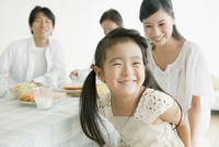 ダイニングの笑顔の娘と3世代家族